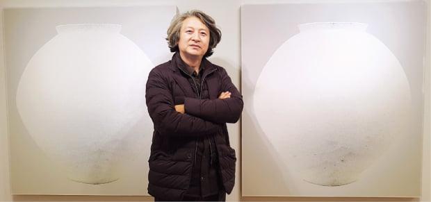화가 최영욱이 서울 인사동 노화랑에 전시된 자신의 달항아리 작품을 설명하고 있다.  서화동 기자