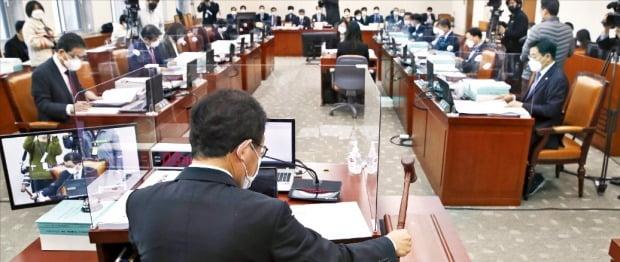 유기홍 교육위원장이 지난 10일 국회에서 열린 교육위원회 전체회의에서 의사봉을 두드리고 있다. 교육위는 내년 예산안 예비심사를 통해 정부안보다 1조1227억원을 증액했다.  /한경DB