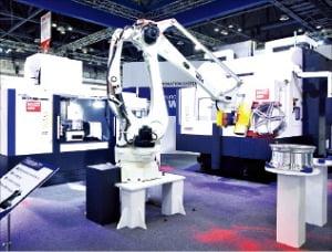 현대위아 공작기계와 로봇이 원격 시스템을 통해 스마트 제조 공정을 시현하고 있다.  /현대위아  제공