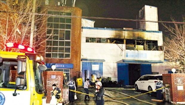 19일 오후 4시12분께 인천 남동구의 한 화장품 제조업체 공장에서 불이 났다. 공장 관계자 3명이 숨지고 6명이 다쳐 인근 병원으로 옮겨지거나 현장에서 응급 처치를 받았다.   /연합뉴스