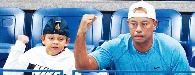 타이거 우즈(오른쪽)와 아들 찰리가 지난해 US오픈 테니스 남자 단식 16강전에서 절친 라파엘 나달(스페인)을 응원하고 있다.  /게티이미지뱅크