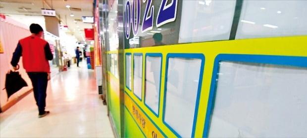정부가 '11·19 부동산 대책'을 발표한 다음날인 20일 서울 송파구의 한 중개업소. 전·월세 매물 광고를 찾아보기 힘들다.  /신경훈  기자  khshin@hankyung.com