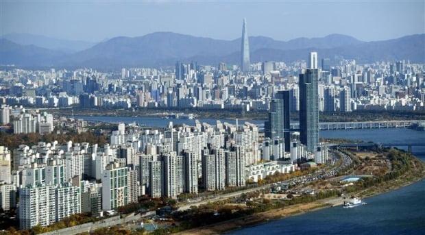 서울 63빌딩에서 바라본 한강변 아파트 모습. /한경DB