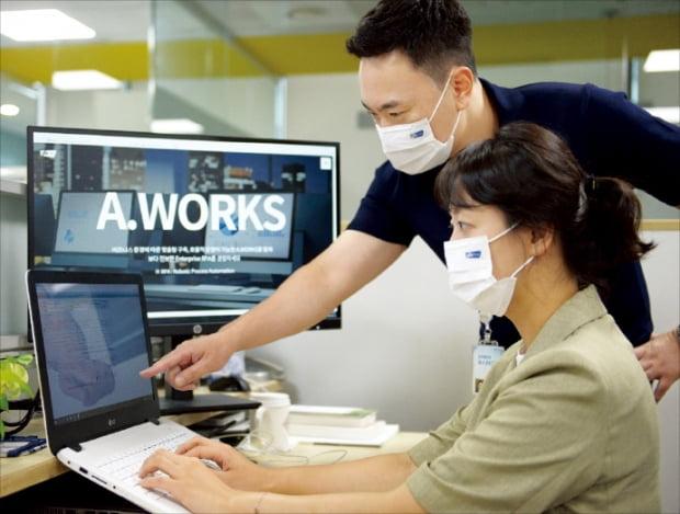 포스코ICT 직원들이 자사 RPA 서비스인 에이웍스의 업무 처리 내용을 확인하고 있다. 포스코ICT 제공