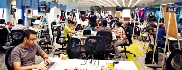 싱가포르개발은행(DBS) 직원들이 스타트업 관계자들과 토론하며 금융 앱을 개발하는 'DBS 해커톤'에 참여하고 있다.  DBS 제공