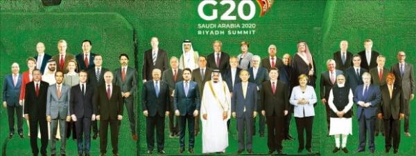 < G20정상 합성한 단체사진 > 주요 20개국(G20) 정상회의 홈페이지에 각국 정상들의 모습을 합성한 단체 사진이 공개됐다. 사우디아라비아가 의장국인 이번 G20 정상회의는 '모두를 위한 21세기 기회 실현'을 주제로 21일(현지시간)부터 열렸으며 코로나19로 화상으로 진행됐다. G20 정상들은 코로나19 백신을 공평하게 분배하기 위한 자금을 지원한다는 내용의 공동성명을 채택했다.  사진제공=G20 정상회의