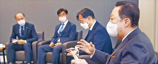 박용만 대한상공회의소 회장(오른쪽 첫 번째)이 지난달 14일 유동수 더불어민주당 '공정경제 3법 태스크포스(TF)' 단장(두 번째)에게 상법 개정안에 대한 경제계의 우려를 설명하고 있다.  김범준 기자 bjk07@hankyung.com