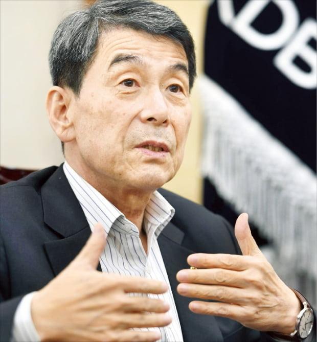 """이동걸 산업은행 회장은 24일 인터뷰에서 """"대한항공과 아시아나항공의 합병은 재벌 특혜가 아니라 국가 기간산업인 항공업을 살릴 유일한 방안""""이라고 밝혔다.  신경훈 기자 khshin@hankyung.com"""