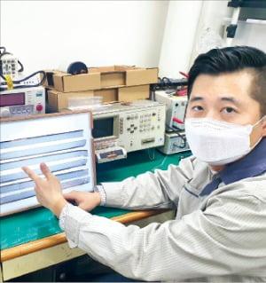 박성재 성호전자 부사장이 서울 가산동 본사 연구소에서 전기차용 필름콘덴서와 증착필름을 설명하고 있다.  성호전자  제공