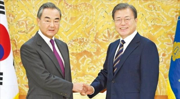 문재인 대통령이 26일 청와대를 예방한 왕이 중국 외교장관을 만나 환하게 웃으며 악수하고 있다.   /허문찬 기자 sweat@hankyung.com