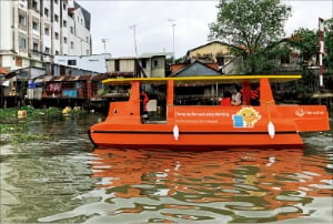 한화그룹이 베트남 빈롱시에 기증한 태양광보트가 메콩강에서 쓰레기를 수거하고 있다.  한화그룹 제공
