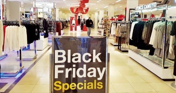 블랙프라이데이를 맞은 지난 27일 한 쇼핑객이 미국 뉴욕 맨해튼의 메이시스백화점 내부를 이동하고 있다. 작년엔 통로를 지나기 힘들 정도로 붐볐지만 올해는 코로나19 사태 여파로 하루 종일 한산했다.  뉴욕=조재길  특파원