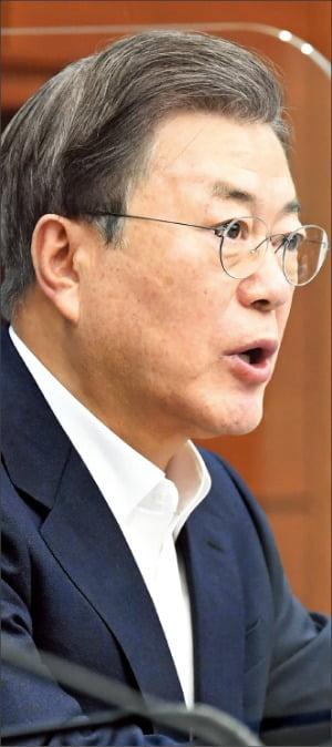 문재인 대통령이 30일 청와대 여민관에서 열린 수석·보좌관회의에서 발언하고 있다.  허문찬 기자 sweat@hankyung.com
