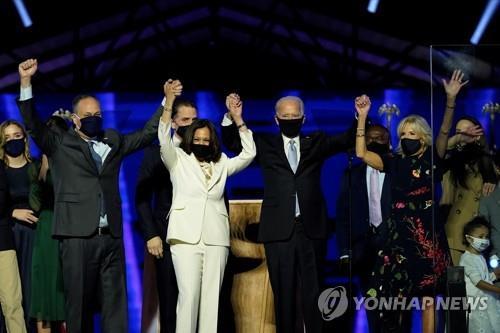 """[바이든 당선] '축제의 장' 승리연설…마스크 쓰고 뛰어나와 """"통합"""" 역설"""