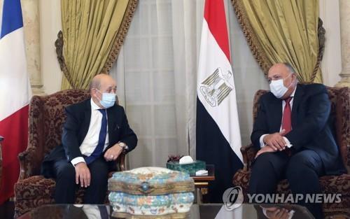 """프랑스 외무, 이집트 찾아 """"이슬람 깊이 존중"""" 강조"""