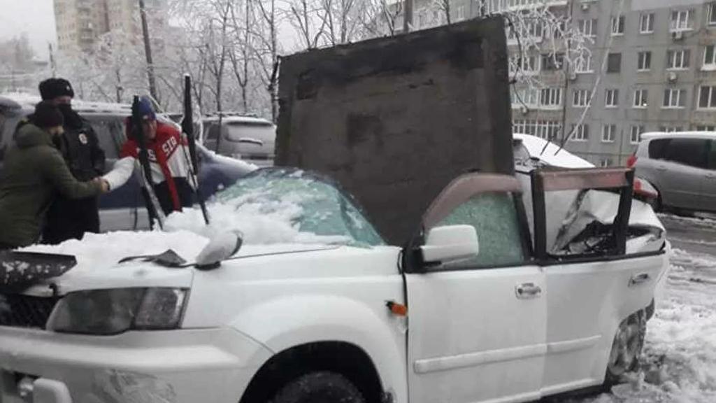 러 도심 하늘서 떨어진 건축자재에 날벼락…주차 차량 '와장창'