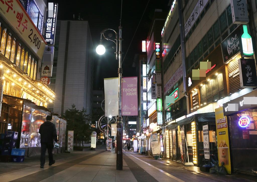 [르포] 불 꺼진 노래방·감성주점…암흑으로 바뀐 불야성