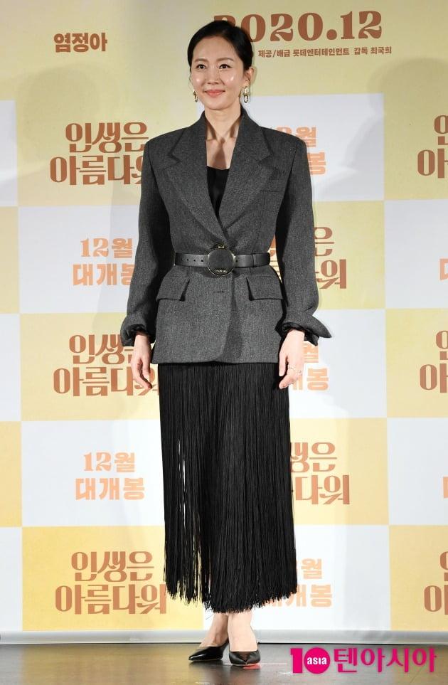 영화 '인생은 아름다워'에서 첫사랑을 찾아 나선 아내 세연을 연기한 배우 염정아./ 사진=조준원 기자