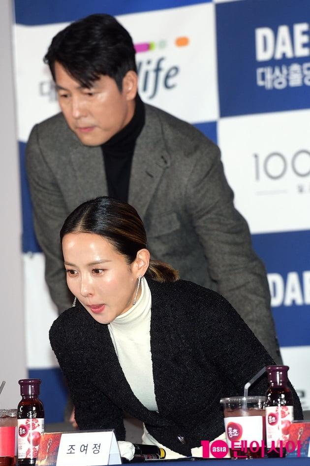 [TEN 포토] '청룡영화상' 정우성, '조여정 의자 빼주는 매너 조각상'