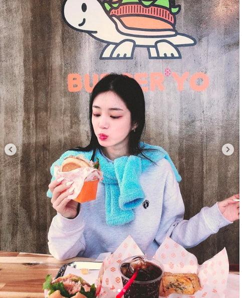 [스타탐구생활] 이유비, 햄버거·감자튀김·콜라…新 먹방 여신 탄생(TEN컷)