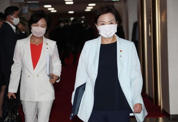 김현미 국토교통부 장관(오른쪽)과 추미애 법무부 장관이 6월 30일 정부서울청사에서 열린 국무회의에 참석하고 있다. 사진=연합뉴스