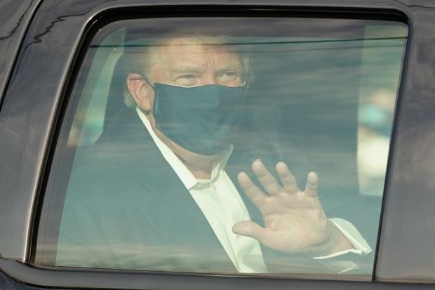 지난달 4일(현지시간) 도널드 트럼프 미국 대통령이 신종 코로나바이러스 감염증(코로나19)으로 입원 중인 메릴랜드주 베데스다의 월터 리드 군 병원 밖으로 차를 타고 나와 지지자들 앞을 지나면서 손을 흔들고 있다. 사진=연합뉴스
