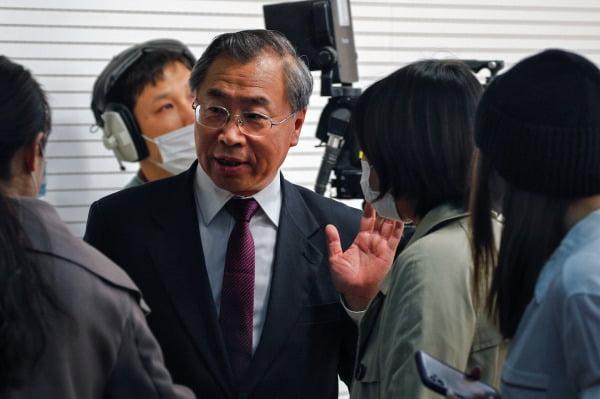 류징전 중국 시노팜 회장이 지난달 20일 베이징에서 열린 기자회견에서 기자들의 질문에 답하고 있다. 국영 제약회사인 시노팜은 현재 개발 중인 코로나19 백신을 약 100만명에게 접종했다.  /사진=AP