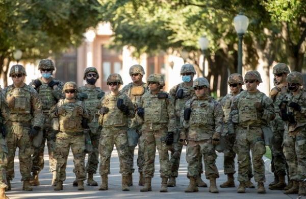 미 육군 군인들이 대선일인 이달 3일 텍사스주 오스틴에 모여 있다. 사진=AP