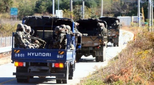 북한 남성 1명이 철책을 넘어와 동부전선에 대침투경계령인 진돗개 하나가 내려지는 등 수색작전이 전개된 지난 4일 병력을 태운 트럭들이 이동하고 있다. /사진=연합뉴스