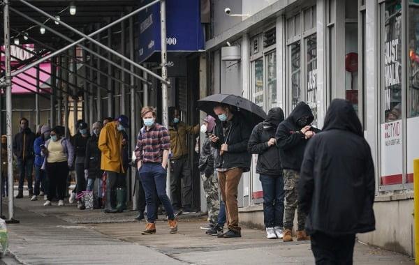 미국 뉴욕에 마련된 신종 코로나바이러스 감염증(코로나19) 검사소 앞에서 마스크를 착용한 시민들이 검사 순서를 기다리며 줄지어 서 있다. 사진=AP