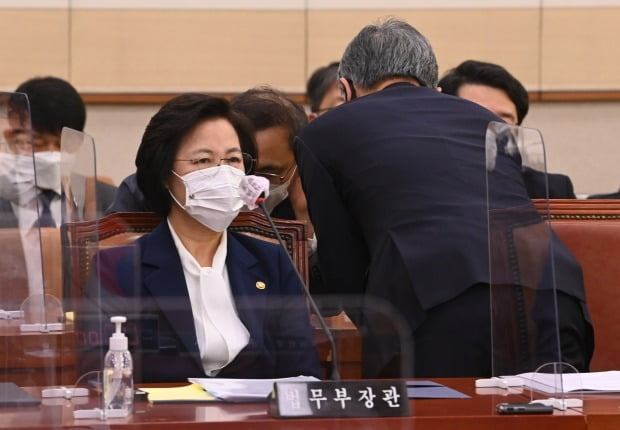 법사위 전체회의 참석한 추미애와 최재형 (사진=연합뉴스)