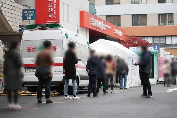국내 신종 코로나바이러스 감염증(코로나19) 확산세가 점차 거세지면서 18일 신규 확진자 수가 300명대로 급증했다.  중앙방역대책본부는 이날 0시 기준으로 코로나19 신규 확진자가 313명 늘어 누적 2만9천311명이라고 밝혔다. 사진은 이날 오후 서울 중구 국립중앙의료원 선별진료소/사진=연합뉴스
