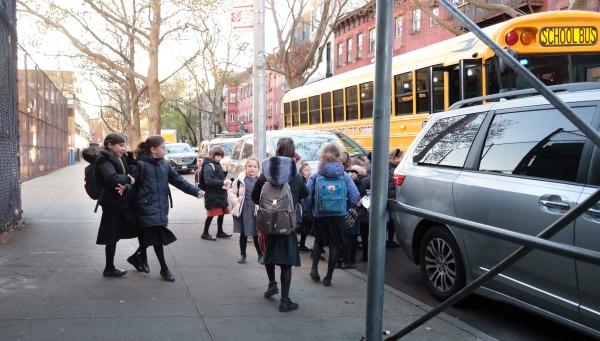 뉴욕시의 대면 수업 중단 조치를 하루 앞둔 18일(현지시간) 브루클린의 초등학생들이 등교하고 있다. EPA연합뉴스