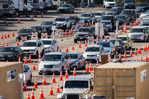신종 코로나바이러스 감염증(코로나19) 재확산으로 비상인 미국 캘리포니아주 로스앤젤레스의 다저스타디움에 마련된 코로나19 검사소 앞에 19일(현지시간) 검사 차례를 기다리는 수천 대의 차량이 줄지어 서 있다. 사진=연합뉴스