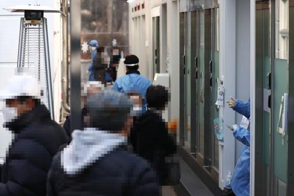 서울 서초구 보건소 선별진료소를 찾은 시민들이 코로나19 검사를 기다리고 있다.사진=연합뉴스