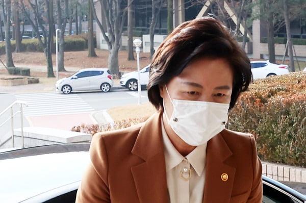 추미애 법무부 장관이 27일 경기도 정부과천청사로 출근하고 있다. 사진=연합뉴스
