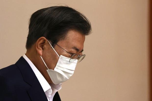 지난 27일 '2050 탄소중립 범부처 전략회의'에 참석하는 문재인 대통령. / 사진=연합뉴스