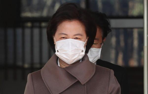 추미애 법무부 장관이 30일 점심식사를 위해 정부과천청사를 나서고 있다. 사진=연합뉴스