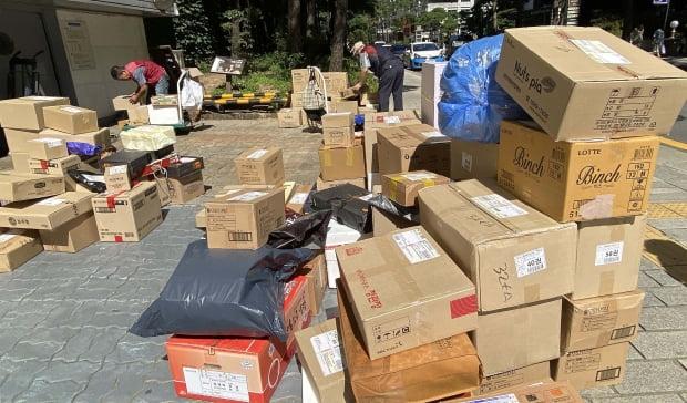 서울 종로구에서 택배업체 관계자들이 배달할 물건을 분류하고 있다. 사진=뉴스1