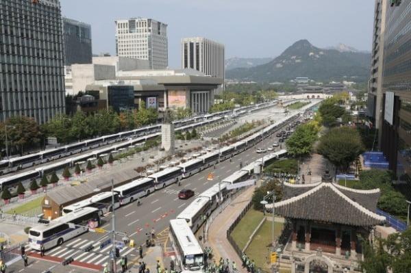 보수단체가 개천절 집회를 예고한 지난달 3일 서울 종로구 광화문 광장 일대가 펜스와 차벽으로 둘러 쌓여있다. /사진=뉴스1