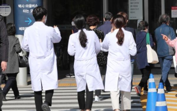 의과대학 본과 4학년 학생들의 국가고시 실기시험 문제가 다시 불거지고 있는 가운데 29일 오후 서울 종로구 서울대병원에서 의료진들이 분주하게 움직이고 있다/사진=뉴스1