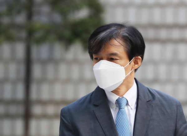 '유재수 감찰무마 혐의'를 받고 있는 조국 전 법무부 장관이 지난 3일 서울 서초구 서울중앙지방법원에서 열린 공판에 출석하고 있다 /사진=뉴스1