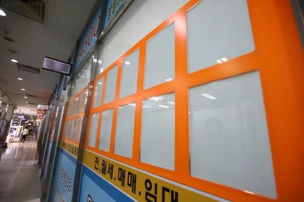 서울의 한 부동산에 매매,전세,월세 매물 관련 게시판이  텅비어 있다. (사진=뉴스1)