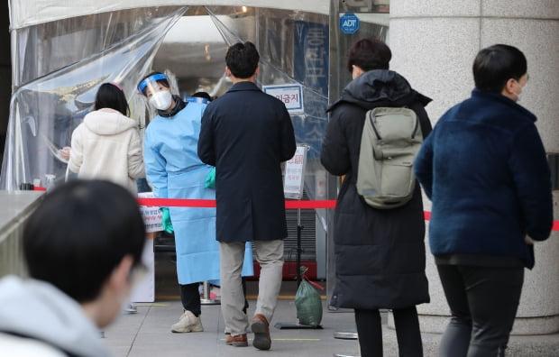 서울 노량진 임용고시학원 관련 누적 확진자가 69명으로 늘어난 21일 서울 동작구보건소 선별진료소가 검사를 받기위한 시민들로 북적이고 있다. 사진=뉴스1