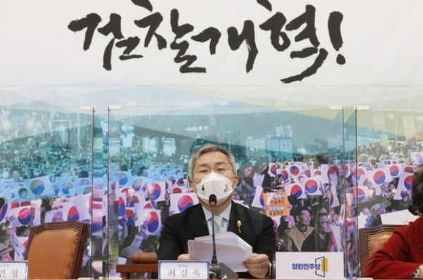최강욱 열린민주당 대표가 지난 23일 국회에서 열린 최고위원회의에서 발언하고 있다. /사진=뉴스1