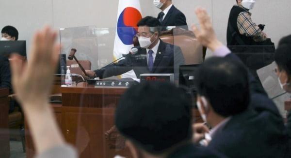 윤호중 법사위원장이 지난 25일 서울 여의도 국회에서 열린 법제사법위원회 전체회의에서 의사봉을 두드리며 산회를 선포하고 있다. /사진=뉴스1