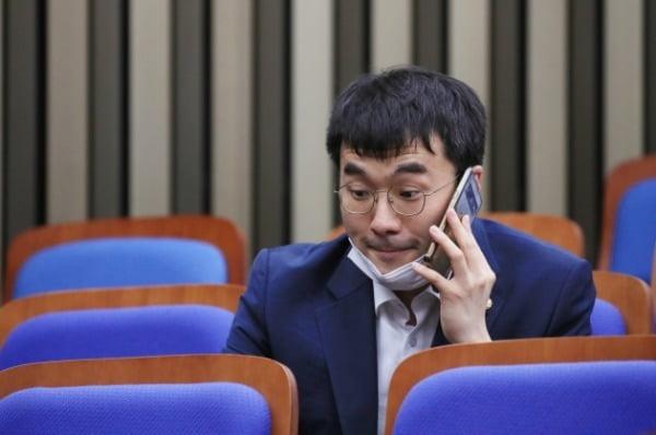 김남국 더불어민주당 의원이 지난 6월26일 의원총회에 참석, 총회 시작 전 통화하고 있다. /사진=연합뉴스