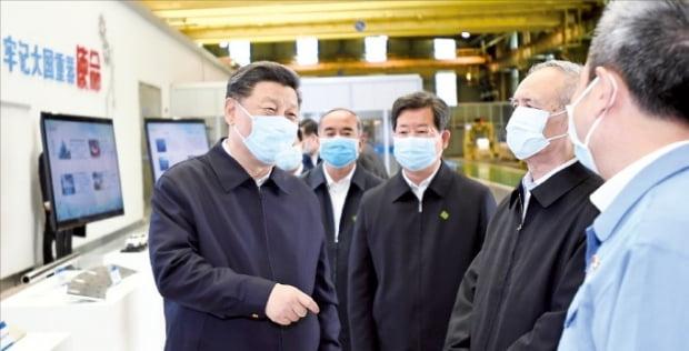시진핑 중국 국가주석(왼쪽)이 지난 12일 산시성의 한 스테인리스스틸 공장을 찾아 코로나19 확산으로 중단됐던 조업 재개 현황을 점검하고 있다. 사진=연합뉴스