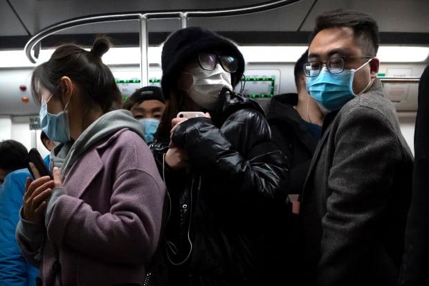 중국 베이징 시민들이 신종 코로나바이러스 감염증(코로나19) 예방 마스크를 착용하고 전철에 탑승해 있다. 사진=연합뉴스