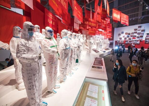 신종 코로나바이러스 감염증(코로나19) 발원지인 중국 우한에서 코로나19 방역 성과를 선전하는 대형 전시장이 개장한 가운데 입장객들이 전시물을 관람하고 있다. 사진=연합뉴스